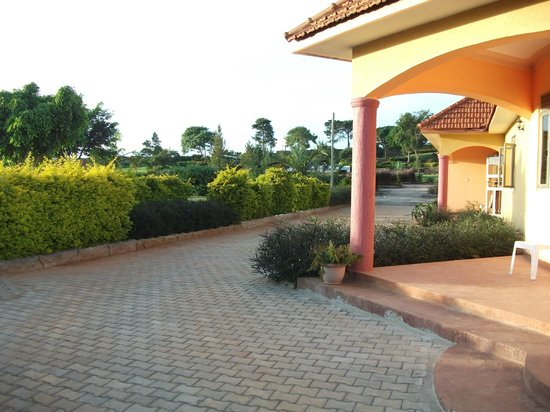 Peniel Beach Hotel:                   A well landscaped reception with enough parking space