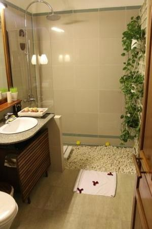 Ha An Hotel:                   Bathroom