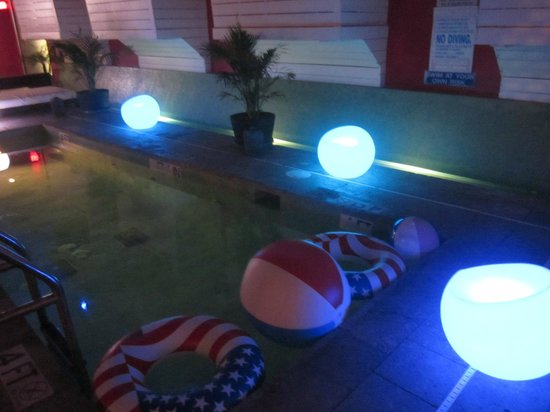 Clinton Hotel South Beach: Colour changing lights round pool