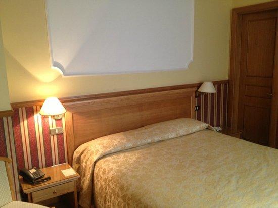 Hotel Leopardi: Fronte Letto