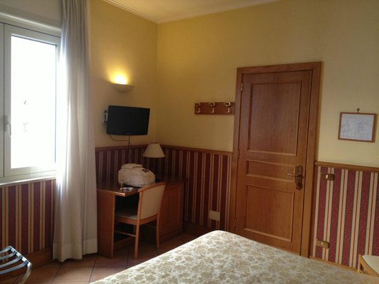 Hotel Leopardi: Ingresso + scrivania