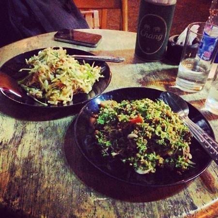 Baan Klang Vieng Hostel:                   excellente cuisine birmane! nous y sommes allés deux soirs de suite!