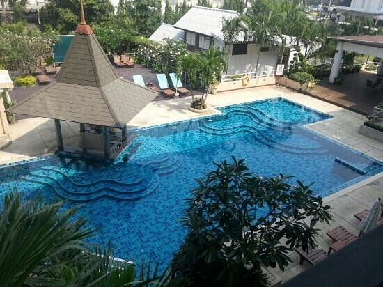Hotel J Pattaya: Swimming pool with a bar.