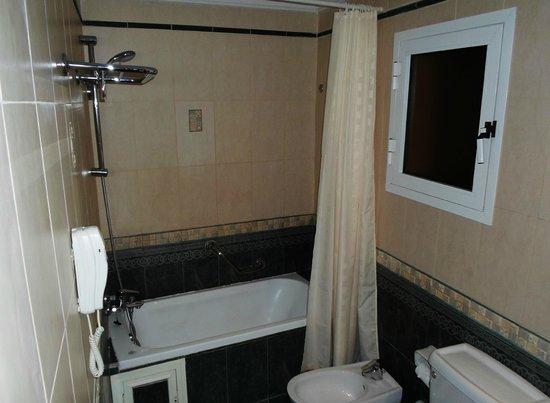 Awal Hotel : Bathroom