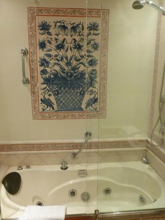 Fortaleza do Guincho: Tiles and jacuzzi (superior room)
