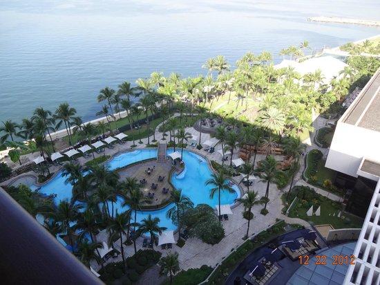Sofitel Philippine Plaza Manila:                   部屋からプールビーチを見る