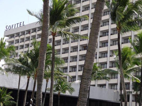 ソフィテル フィリピン プラザ マニラ,                   プールサイドからホテルを見る