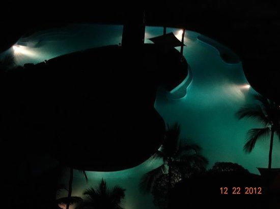 โรงแรมโซฟิเทล ฟิลิปปิน พลาซ่า มะนิลา:                   夜中のプール