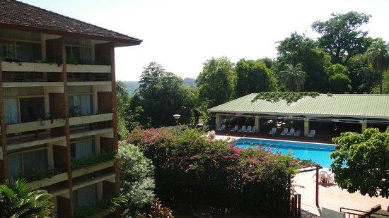 Raices Esturion Hotel: Vista de la pileta y sector del hotel