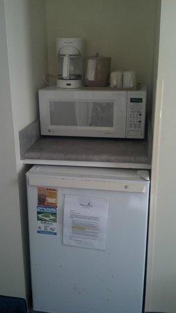 Paradise Resort: microwave and mini fridge in room