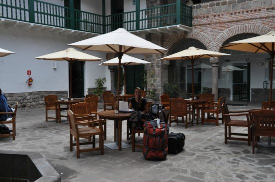 Casa Andina Premium Cusco: Courtyard serves drinks and lunch