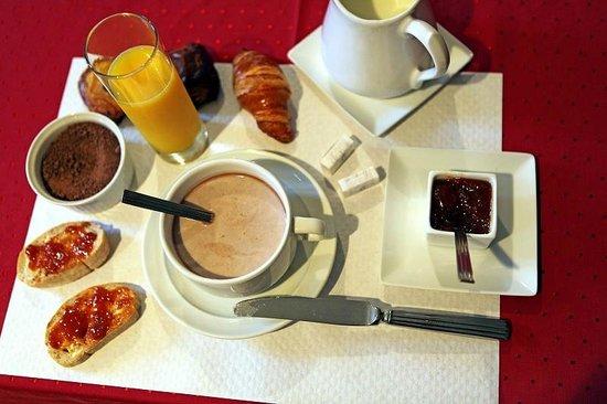 La Vernarede, France : juste une partie du petit déjeuner pour commencer la jounée