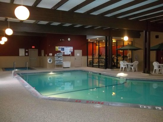 Comfort Inn Plymouth: Pool area with exercise room in background