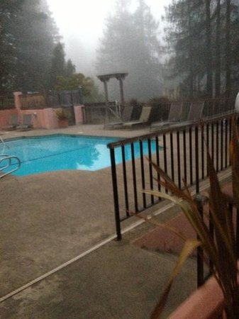 ‪آبل وود إن ريستورانت آند سبا:                   Pool and hot tub in the fog