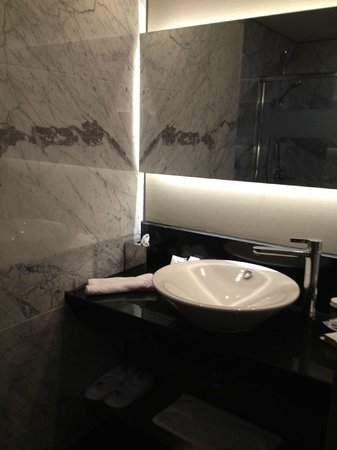DoubleTree by Hilton Istanbul - Old Town: Sink area