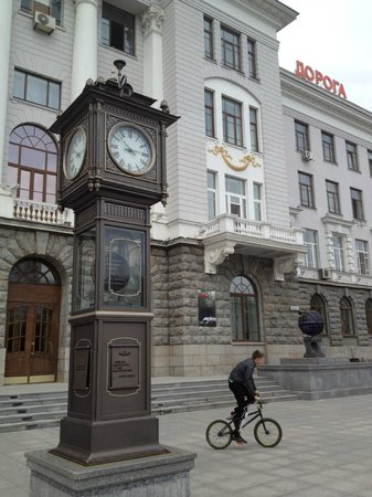‪Clock in Front of Sverdlovsk Railway Headquarters‬