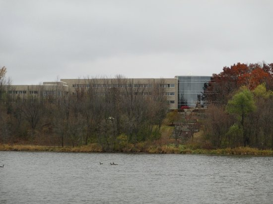 Oak Ridge Hotel and Conference Center: A view of the hotel from the other side of the lake