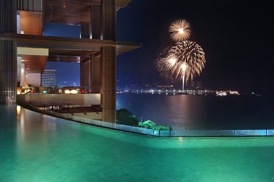 Hilton Pattaya: Pool with Fireworks