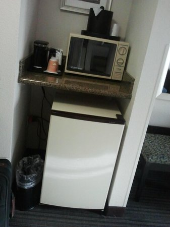 Holiday Inn Atlanta/Roswell : mini fridge, microwave & coffee in room