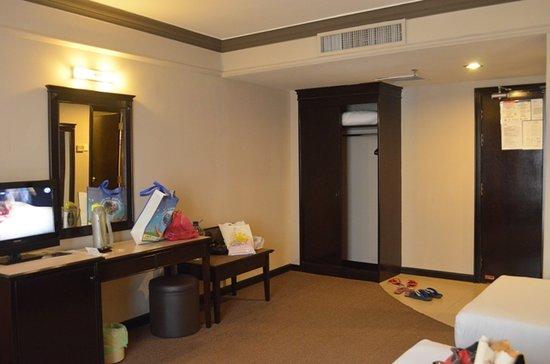 Mimosa Hotel: wardrobe