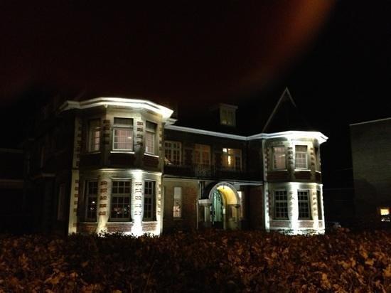 Hotel Villa Monte:                   flot med lys på.