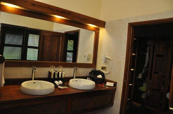 Neptune Ngorongoro Luxury Lodge :                   SALLE DE BAINS
