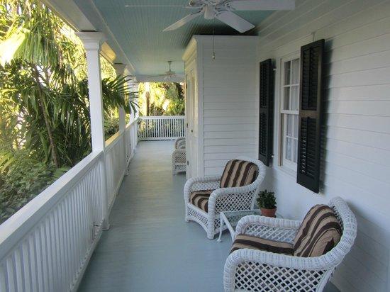ذا جاردينز هوتل:                                     verandah outside our room                                 