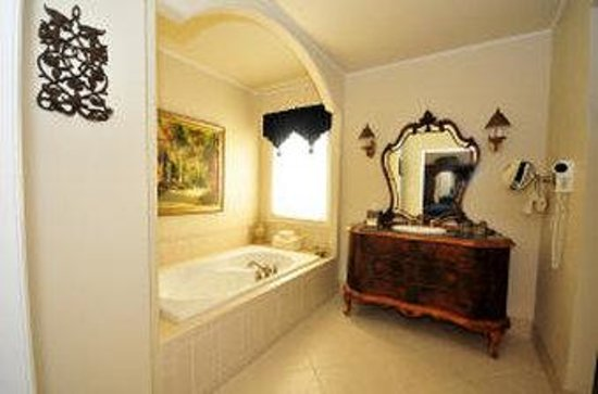 The Wildwood Inn: Superior Bath