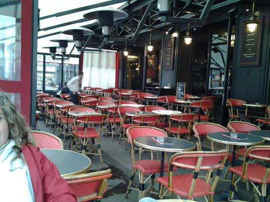 Le Vaudoue, France:                   un bar de paris...el bar de los oficiales...al lado del museo de las armas