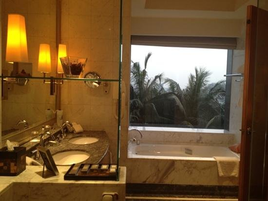 The Ritz-Carlton Jakarta, Mega Kuningan:                   bathroom