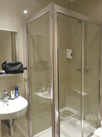 Huttons Hotel:                   Modern & Clean Bathroom