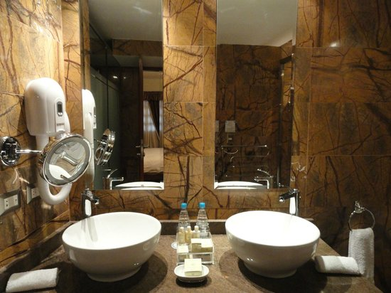 Aranwa Cusco Boutique Hotel:                   Modern bathroom
