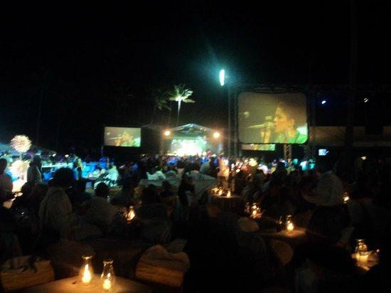The Tropical at Lifestyle Holidays Vacation Resort :                                     Souper spectacle sur la plage le dimanche