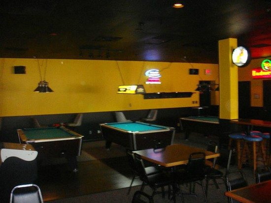 Tailgators Sports Bar and Grill: 4 pool tables