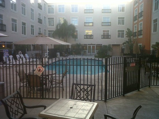 Embassy Suites by Hilton Valencia:                                     Pool