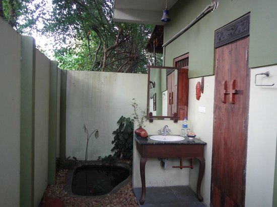 Motty's Homestay: Outdoor Bathroom area