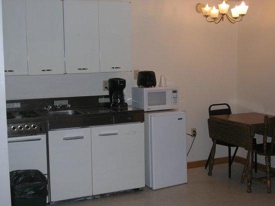 Aroostook Hospitality Inn: Studio Apt Kitchen