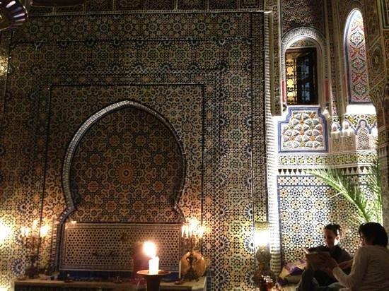 Riad Rcif:                   旧市街のくねくね道を抜けると素晴らしいリャドが、、スタッフはフレンドリー、お料理も美味しく、何よりオーナー自ら6年かけた内装は一見の価値あり。とても美しいリ