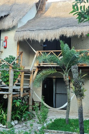 Na Balam Beach Hotel:                                     vista de una de las habitaciones de la zona de la piscina  