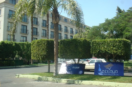 Concorde El Salam Hotel Cairo by Royal Tulip:                   ingresso giardino e parco auto
