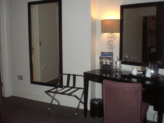 Grand Central Hotel: Dressing room/desk