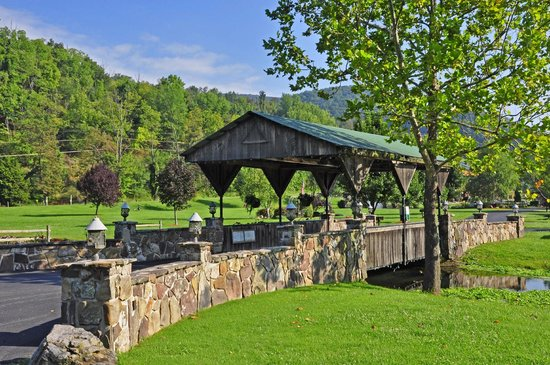 Smoke Hole Caverns & Log Cabin Resort: Covered Bridge at Log Cabin Property