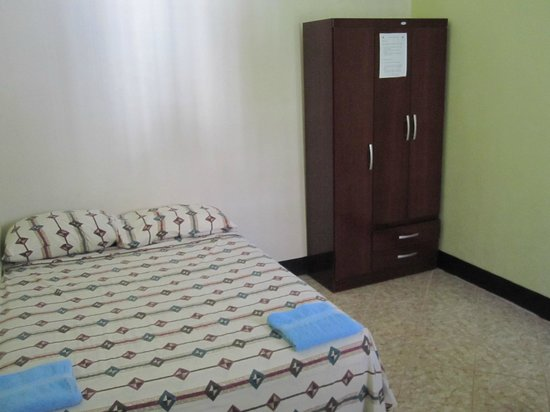 Guesthouse El Carmen: Bed and armoire