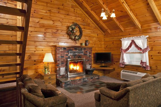 Smoke Hole Caverns & Log Cabin Resort: Family Log Cabin Living Room w/real woodburning fireplace