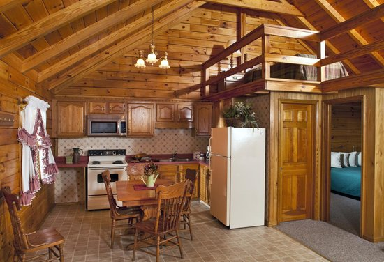 Smoke Hole Caverns & Log Cabin Resort: Family Log Cabin Fully Equipped Kitchen