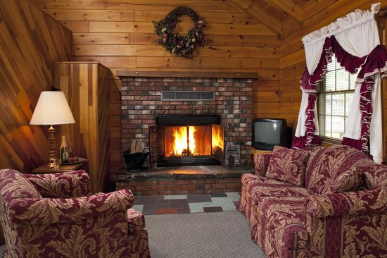 Smoke Hole Caverns & Log Cabin Resort: Honeymoon Log Cabin living room w/real wood burning fireplace