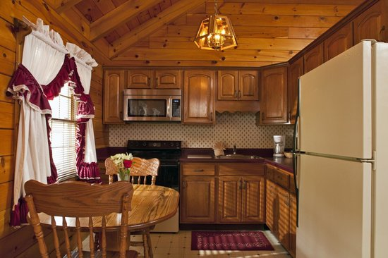 Smoke Hole Caverns & Log Cabin Resort: Honeymoon Log Cabin Fully Equipped Kitchen