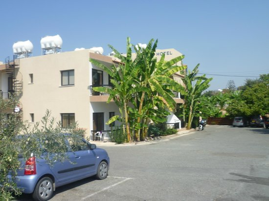 Hadjiantoni Anna Hotel Apartments:                   Front of apartments