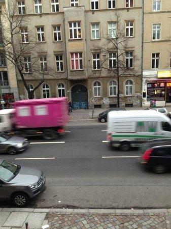 Hotel MANI:                   Blick aus dem Bett auf die Torstraße