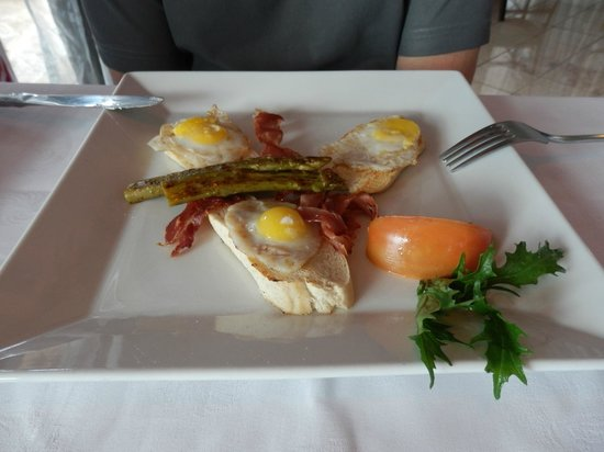 Paradisus Rio de Oro Resort & Spa: RS a la carte breakfast - quails eggs with asparagus